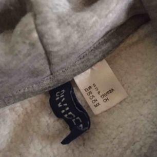 Jätteskön ganska varm hoodie! Säljes endast pga har för många så den är sparsamt använd och i fint skick. Rymlig i storlek! Vid frakt står köparen för kostnaden. 🧸
