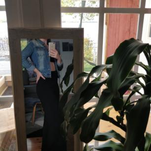 Pris 120 kr (frakt ingår!) Superskön jeansjacka från Vero Moda! Använd en kortare period men syns inget slitage. Skriv om du har frågor! :)