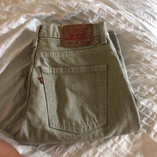 Ett par vintage Levi's jeans i toppenskick! Inga fläckar eller andra slitningar. Dem är grå/beiga och i stl 28/32 dock lite mindre än andra 28 jeans i storleken skulle jag säga. Modellen är 535!