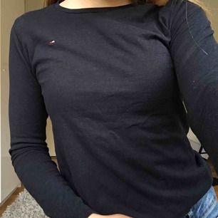 Långärmad tröja från Tommy hilfiger. Endast använd ca 5 ggr så den är i perfekt skick! Den är i storlek 152 men passar perfekt på mig som har xs!