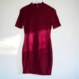 Supersöt glittrig halvpolo klänning.