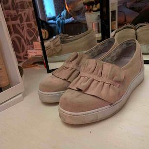 """Ett par slip in skor från """"Apple of Eden"""", använd väldigt få gånger och är bekväma. Storlek 36 och är i smutsrosa/ gammelrosa färg. 🤩💕"""