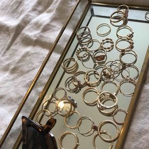 RINGAR! Ett stort antal ringar! Färgen har släppt på vissa, men är fortfarande fina. Alla ringar på bilderna får man för priset!