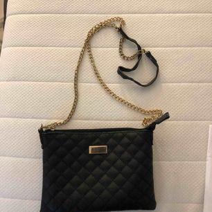 Snygg svart väska i lagom storlek. Köpare står för frakt