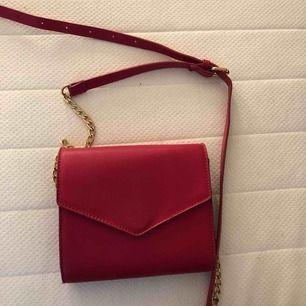 Skitsnygg rosa handväska med gulddetaljer. Bältet är justerbart så den passar alla. Använd 1gång