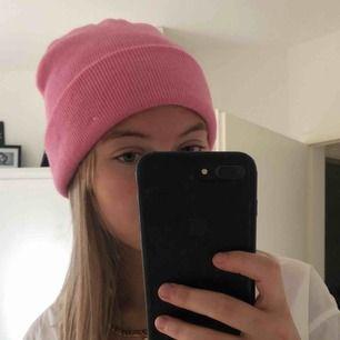 """Mössa ifrån bikbok i en """"bubbelgums rosa färg"""". Piffar verkligen upp en outfit! Frakt ingår i priset! (Om flera är intresserad blir det bud)🥰 (aldrig använd, endast testad!!!)"""