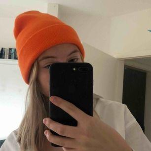 """Mössa ifrån bibok. I en jättecool """"neon orange"""" färg. Piffar verkligen upp en outfit! (Aldrig använd, endast testad!!) frakt ingår i priset 🥰 (om flera är intresserade blir det budgivning)"""