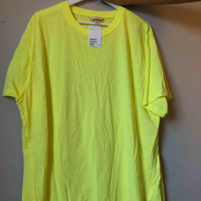T-shirt klänning i neon gul från Hm, oanvänd! Nypris 200:-. Klänningar.