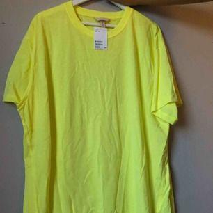 T-shirt klänning i neon gul från Hm, oanvänd! Nypris 200:-