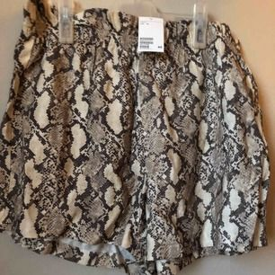 Shorts med fickor bak, mindre i storlek. Oanvända!  Nypris 200:-
