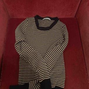 Populär tröja i från Zara! Storlek Small men funkar som XS också. Har tyvärr ingen bättre bild med den på än den där då tröjan är lite liten för mig nu o jag ör medium ungefär. Köpte för250.