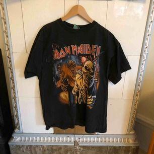 Snyggt urtvättad T-shirt med Iron Maiden. Tryck på båda sidor. Kan hämtas i Uppsala eller skickas mot fraktkostnad