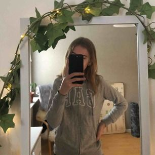 Grå hoodie från GAP köpt i USA för ungefär 3 år sedan. Bra skick, frakt tillkommer 🌼