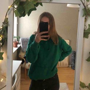 Grön hoodie från Pull&Bear, köpt för ca 1 år sedan och i gott skick. Supermysig, sitter oversize på mig som har storlek S. Frakt tillkommer 🌾