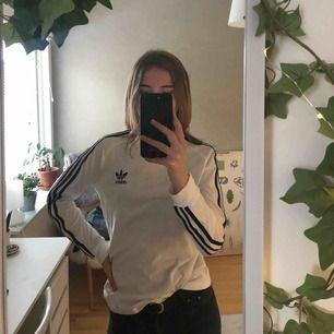 Långärmad tröja från Adidas, köpt för ungefär ett år sedan men sparsamt använd! Frakt tillkommer 💐