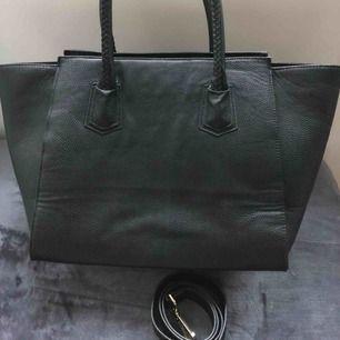 Stor väska från hm, fint skick. 100 kr + frakt.