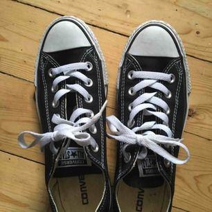 Svarta låga converse. Använda någon enstaka gång - är i princip som nya.  Möts upp i uppsala eller så betalar köparen för frakt! Kram!