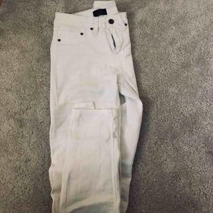 Vita jeans från Nelly! Köpta för ca 2 år sedan men endast använda 2-3 gånger. Fler bilder kan skickas vid önskemål! Frakt tillkommer ☀️