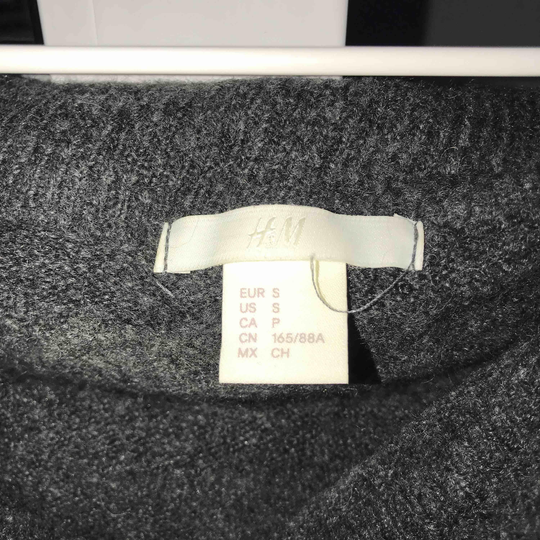 Mörkgrå oversized stickad off shoulder tröja från H&M, Storlek S, Oanvänd, nypris 300kr, köparen står för frakt. Stickat.