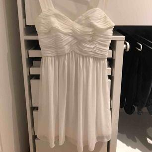 En fin vit klänning i storlek 36 dock liten i storlek. Jag brukar ha XS men den passar på mig.