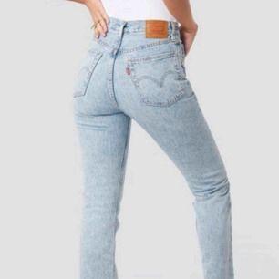 Sjukt snygga straight jeans ifrån Levis! Har tyvärr växt ur de nu (andra bilden är gammal) förstöra bilden är lånad. Inte använda särskilt mycket. Nypris var 1200 och köpte de på Levisbutik. De sitter jättesnyggt och är väldigt bekväma!