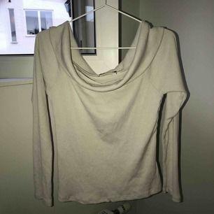 Ljusbeige off shoulder tröja från Gina Tricot, Storlek L, lite använd, nypris 300kr, köparen står för frakt