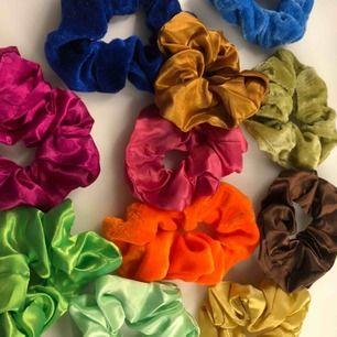 10 st scrunchies i två olika material (syns på bilderna) oanvända och därför säljer jag dom då det inte används. Säljs för 100kr + frakt ❤️