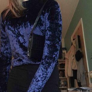 Blå sidentröja från okänt märke, använd ett fåtal gånger och i bra skick. Möts upp i Stockholm annars står köparen för frakt