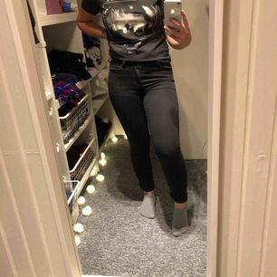 Svarta skinny jeans från lager 157. Skit snygga och bra passform dock så är dom för små för mig. Inte använd nångång och har inte bleknat💓💓