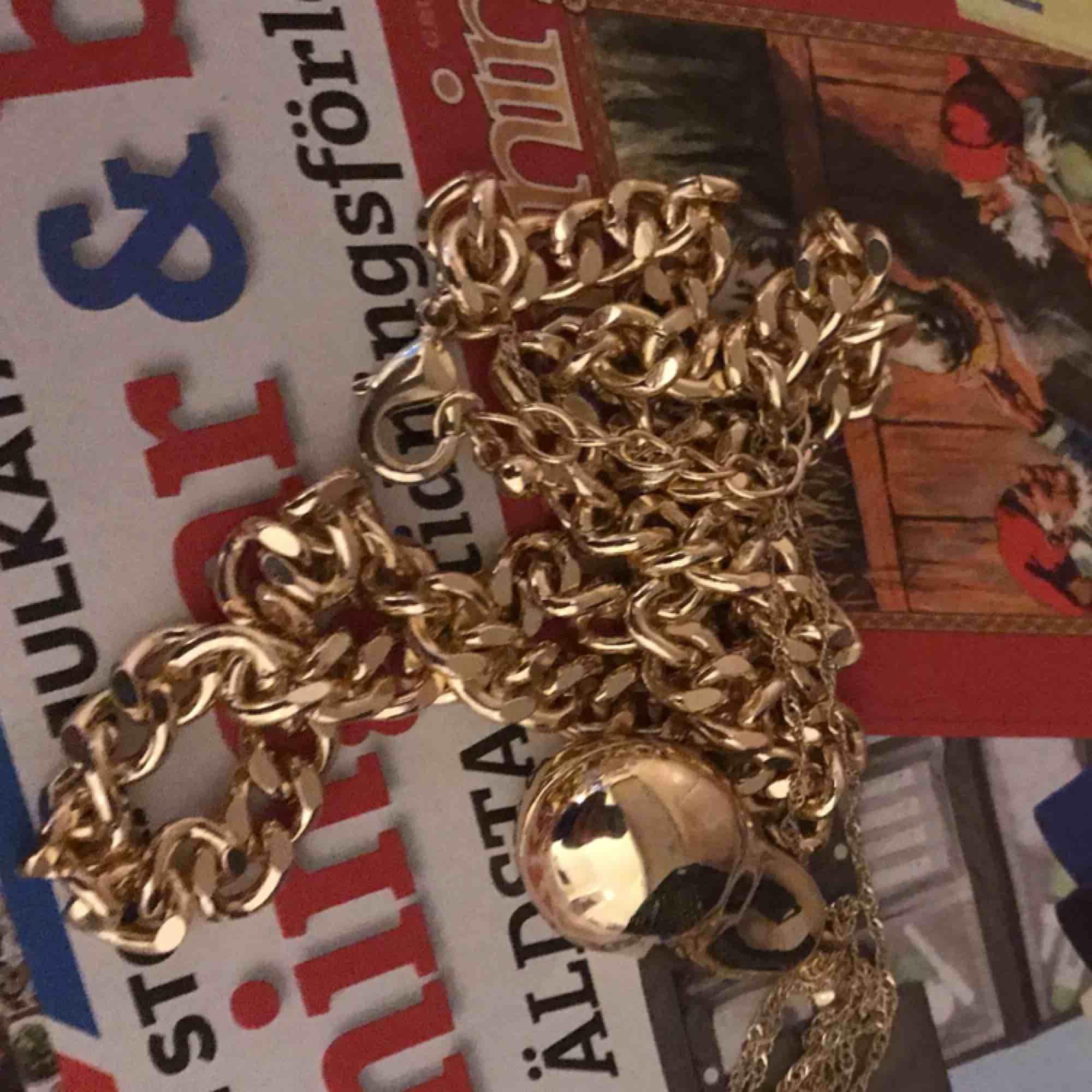 Oanvänt guldhalsband från NAKD!🥰 gratis frakt! Org pris var runt 139 ungefär!! . Accessoarer.