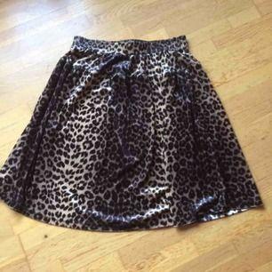 Leopardmönstrad kjol i sammetsmaterial. Storlek M med resår i midjan. Endast provad. Priset är inkl frakt 🙂
