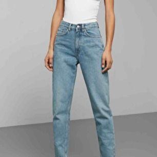 Helt nya Weekday jeans i modellen Lush! Sitter sjuuukt bra på och åker inte ner när man går. Köpte dessa för nu i höst men köpte sedan ett par liknande som jag använder mer därför säljer jag dessa.