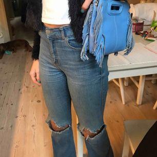 Så sjukt snygga dr denim boot cut jeans, storlek S/32 passar mig som har xs/s/25⚡️ inte  använda så mycket! frakt:50 kr, köpta för 499 kr⚡️