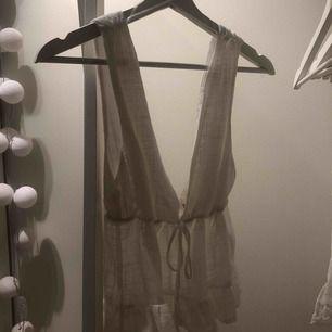 Vit linne i linétyg från pull and bear , jättefint men tyvärr för stort för mig . 💕💕