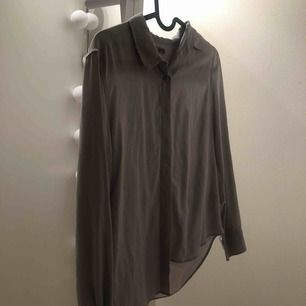 En jättefin grå skjort/blus från uniqlo , andvänd ca 1 gång och är jättefin på