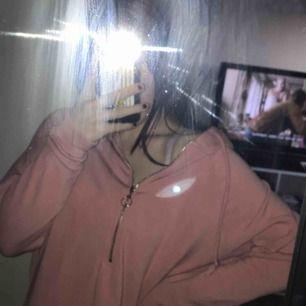 Bikbok hoodie med en kort dragkedja  Köpt men aldrig använd eftersom de inte riktigt är min stil längre😊