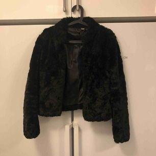 Super fin, knappt använd pälsjacka! Perfekt nu till höst/vinter.   Kolla in mina andra annonser vill gärna bli av med allt :)