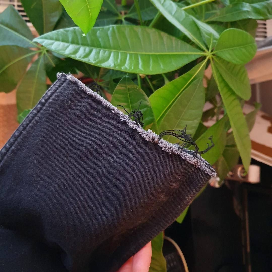 Coola jeans från hm! Slitna detaljer vid benslutet, sjukt snyggt! Stl 26 😍⚡⚡. Toppar.