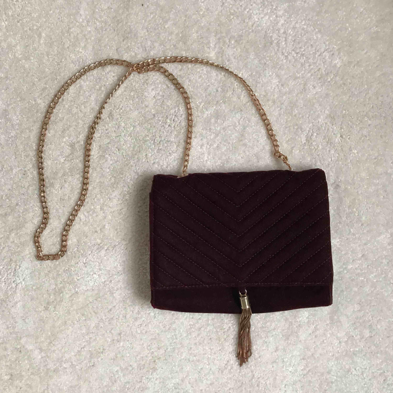 Röd väska i velvet-material, liten ficka med dragkedja på insidan. . Väskor.