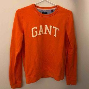En gant college tröja i en aprikos färg (det framkommer inte så bra på bild) inte så använd, därav väldigt bra skick.