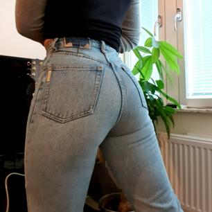 Såååå snygga mom jeans??? Tyvärr har märket bakpå slitits av men annars i finfint använt skick, tror ca stl 25-26 i midjan💘