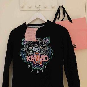Hej,   Säljer min Kenzo tröja i storlek XS, knappt använd och den ser ut som ny! Köpt på Jackie i Täby centrum, kvitto finns! Kan mötas upp men kan även posta tröjan! Nypris 2 100 kr