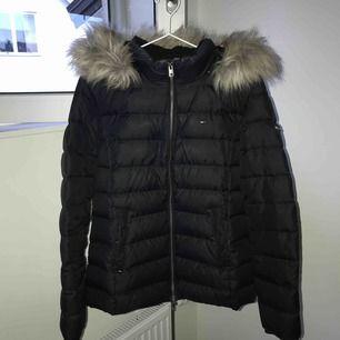 Svart vinterjacka från Tommy Hilfiger, Storlek XL (passar en M/L), Använd ca en vinter, nypris 2200kr, köparen står för frakt