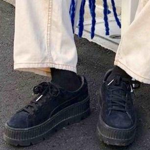 Säljer ett par begagnade Puma skor från Rihannas kollektion. Plattform, skitsnygga!! Skostorleken är 40. Slitna på bakre sidan nertill men det är inget som syns mycket (se bild 3). Frakt ingår i priset. 🦋🙇🏼♀️
