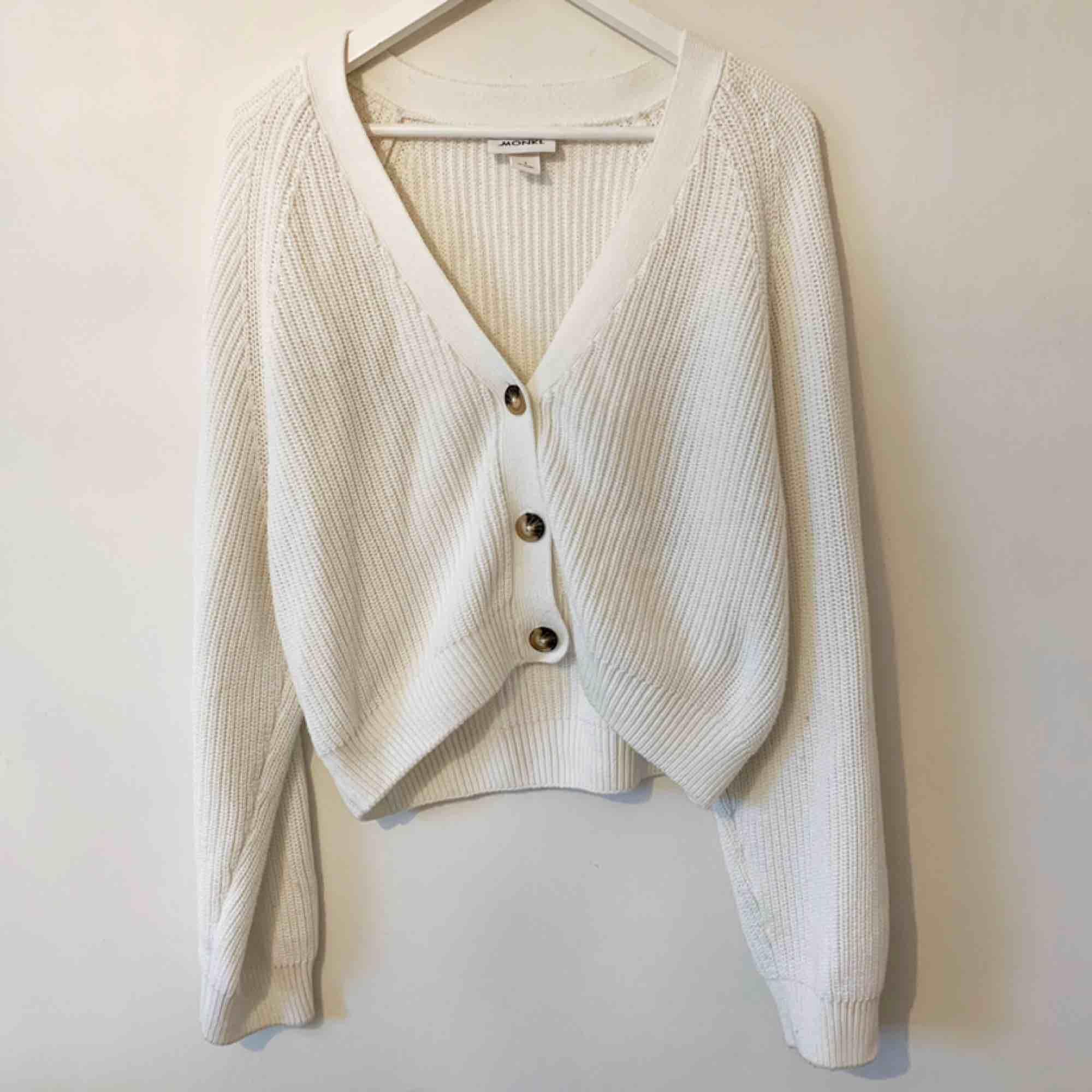 Fin tröja/kofta från monki. Storlek S men oversized så passar storlek M också. Använd några enstaka gånger bara. 🥰. Stickat.