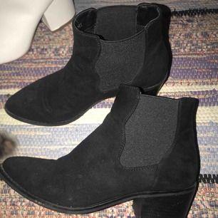 Snygga svarta boots klackar i mockaimitation, inte mkt använda. Från din sko. Strl 37