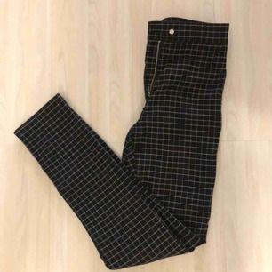 Supersnygga rutiga kostymbyxor ifrån H&M endast använda ett fåtal gånger och sitter som en smäck! Töjbart och väldigt bra material men ändå tajta i passformen, funkar för en 36 också:)