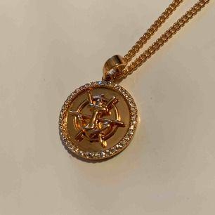 Superfint guldpläterat halsband med ett ankare på och diamanter runt. Bjuder på frakten vid snabb affär 🥰