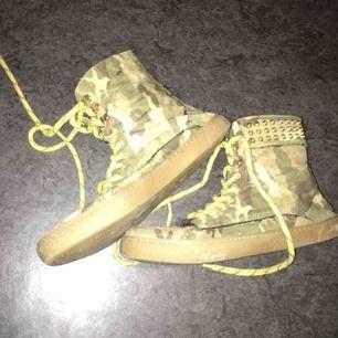 Asballa camo skor med nitar. Köpta i London på Camden Market så dessa lär du bli ensam om!! Frakt 89