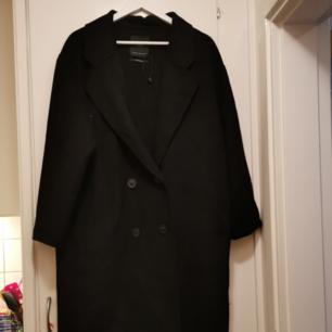 Svart ullkappa från ZARA. Inköpt i vintras, knappt använd. Säljes pga att jag hittade en annan kappa strax efter jag köpt denna som jag trivs bättre i. Således i mycket bra skick.  Finns i stockholm. Om den ska fraktas får köparen stå för frakten.